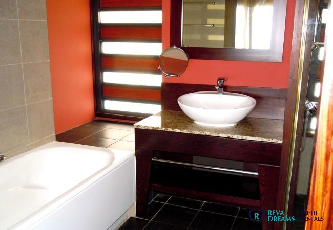 Bathroom of the Duplex Matavai, calm and comfort stay in Arue, vacation rentals in Tahiti, French Polynesia