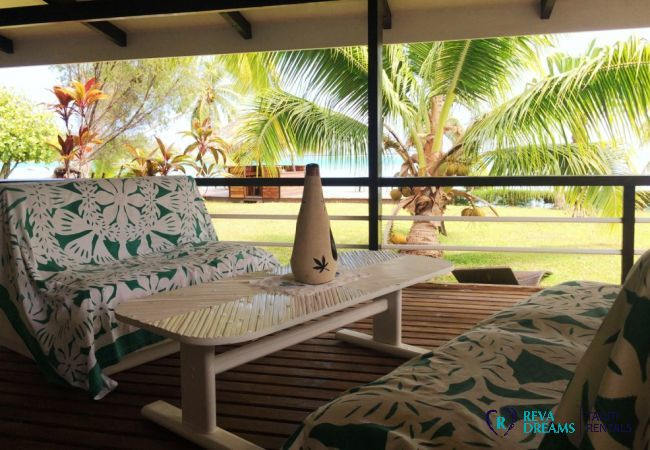 Covered terrace of the Villa Teareva Dream, open on the tropical garden and view of the lagoon, stays on the island of Moorea