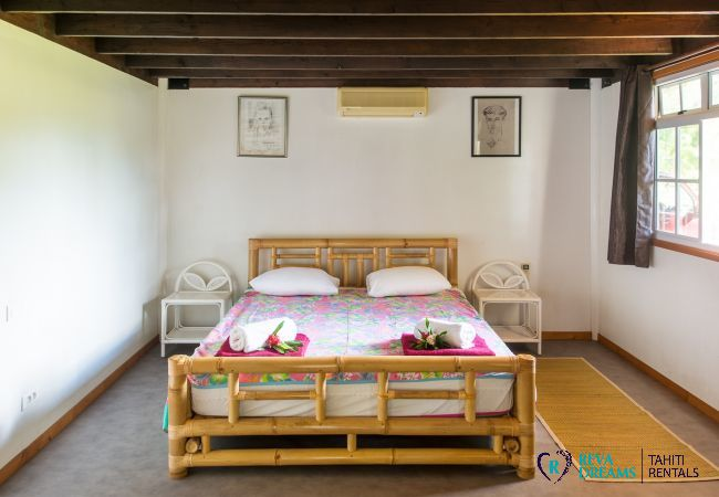 Bedroom with authentic decoration in the Villa Teareva Dream, for dream vacations on Moorea island