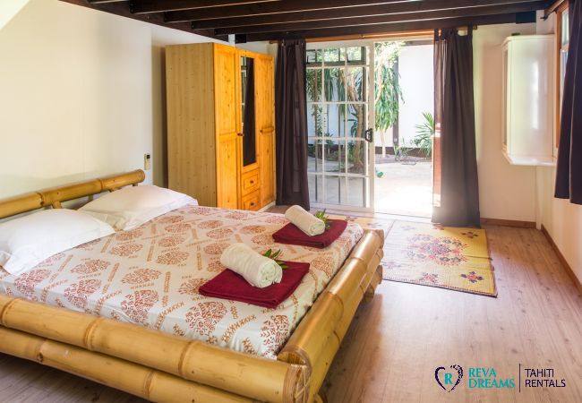 Bedroom in the Villa Teareva Dream, explore Moorea island and its lagoon during an unforgettable holiday