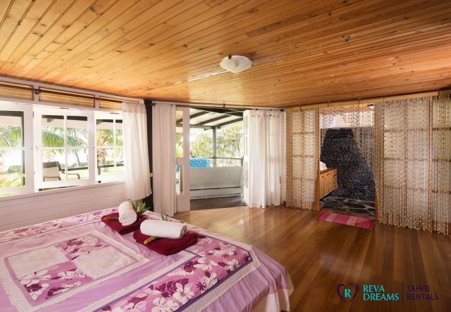 Spacious bedroom in the Villa Teareva Dream, enjoy Moorea, lagoon, tropical forest, beaches