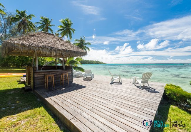 Villa Teareva Dream, deck and bar for enjoying the warm weather and turquoise lagoon of Moorea