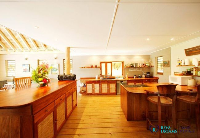 Spacious and equipped kitchen of the Villa Miki Miki Dream, for a stay in Moorea, French Polynesia