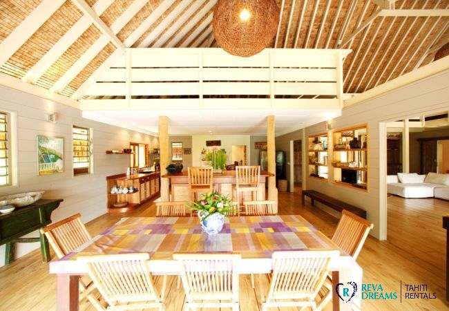 Dining room and kitchen of the Villa Miki Miki Dream, for 16 people, in Moorea, Franch Polynesia