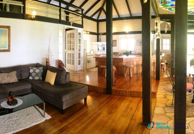 Open lounge and dining room in the spacious Villa Teareva Dream holiday home on Moorea island