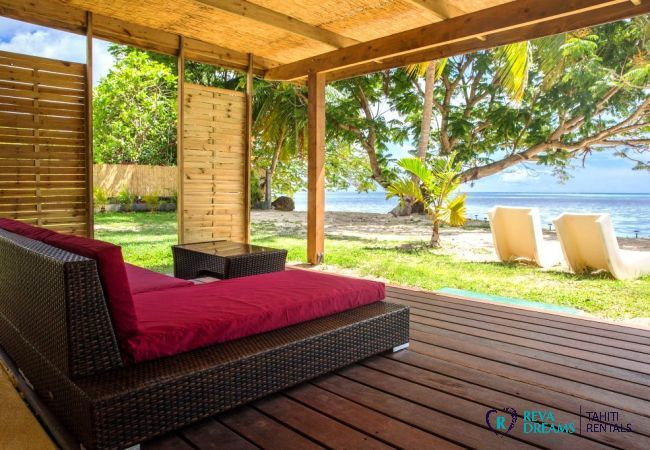 Outdoor relaxation area for a tranquil holiday at Fare Tiki Dream on Moorea island, French Polynesia
