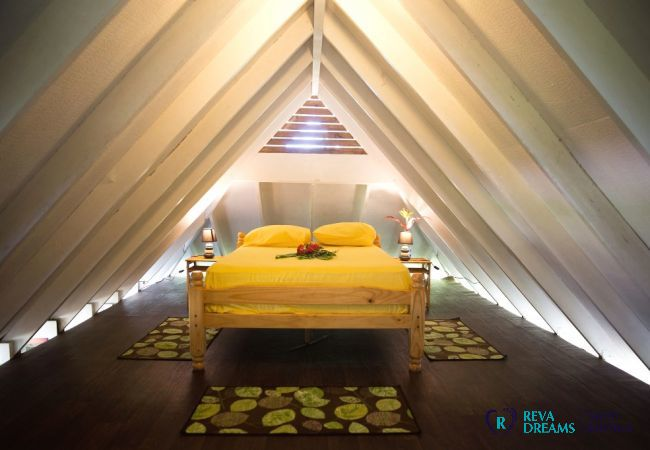 Bedroom 3 mezzanine, Fare Tiki Dream on Moorea island, by the lagoon and with a beautifulm white sand beach