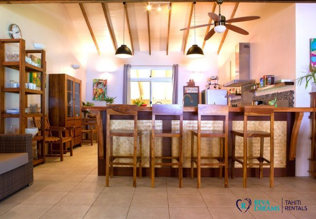 Villa Tehere Dream, kitchen with wooden breakfast bar, spacious and authentic holiday rental on Tahaa island