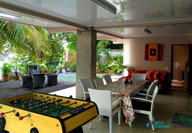 Convivial area on the exterior of the property, outdoor games and dining, family holidays on Tahiti Island