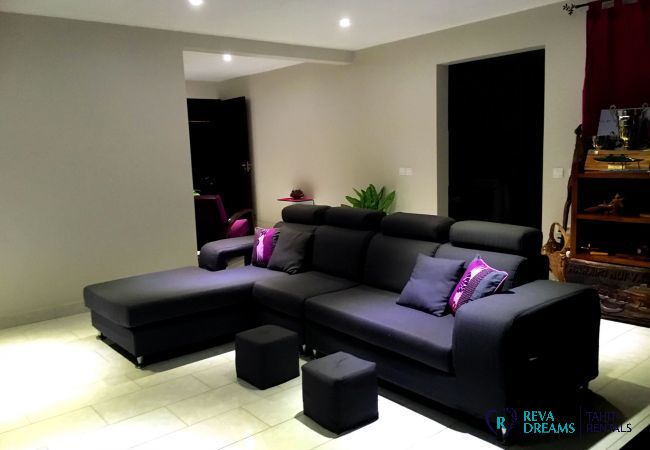 Modern and spacious lounge in the Fare Ere Ere, holiday rental in Tahiti, discover French Polynesia