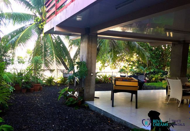 The exterior surrounded by coconut trees at the Fare Ere Ere, your dream holiday rental on Tahiti island, French Polynesia