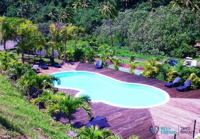 Piscine de la résidence à la Villa Fetia Dream pour location de vacances sur l'île paradisiaque de Moorea