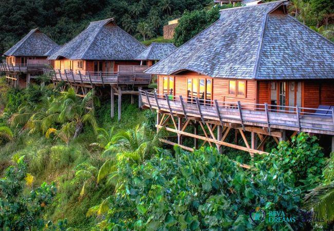 Vue sur les bungalows depuis la Villa Fetia Dream sur l'île de Moorea, dans un cadre tropical, en Polynésie Française