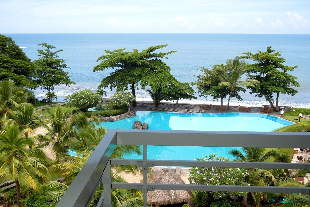Vue de la terrasse du Duplex Matavai, piscine, mer et cocotiers, location de vacances à Arue, Tahiti