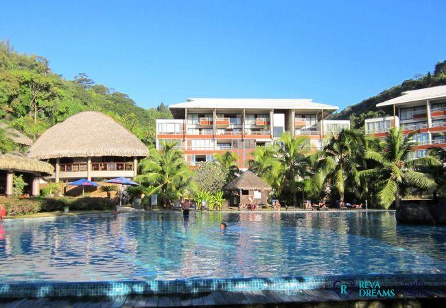 Façade et piscine de la résidence du Duplex Matavai, location de vacances et découverte de Tahiti, Polynésie Française