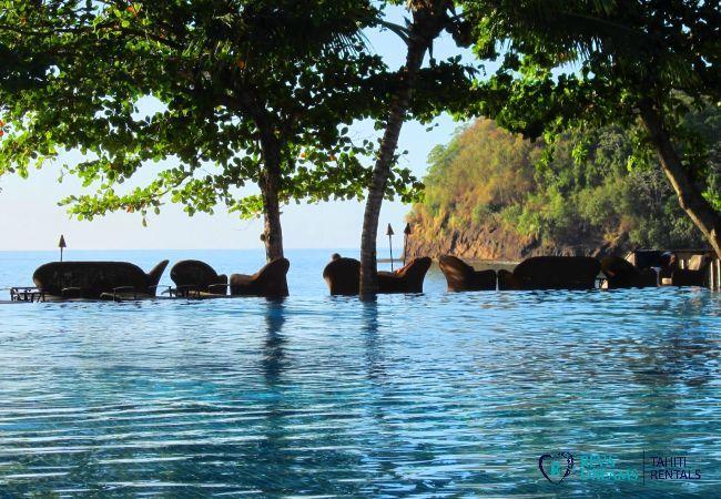 Piscine du Duplex Matavai, vue sur la mer, location de vacances à Arue, sur l'île de Tahiti, Polynésie Française