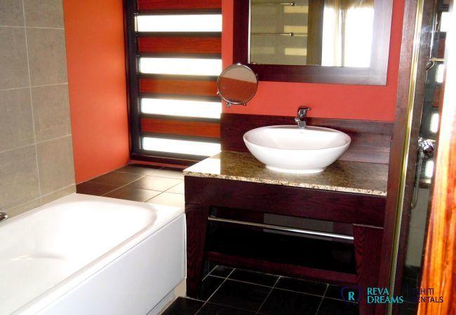 Salle de bain du Duplex Matavai, séjour calme et confort à Arue, location de vacances à Tahiti, Polynésie Française