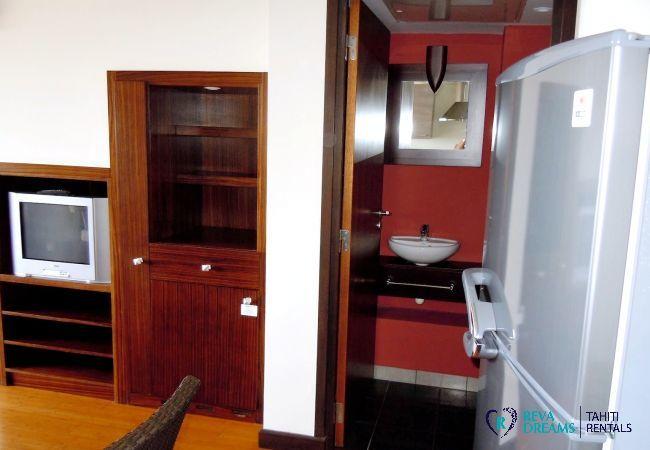 Salon et entrée de salle de bain du Duplex Matavai, appartement pour couple, location de vacances à Tahiti