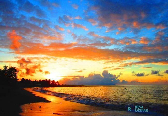Coucher de soleil sur la mer au Duplex Matavai, séjour à la découverte de l'île de Tahiti, Polynésie Française