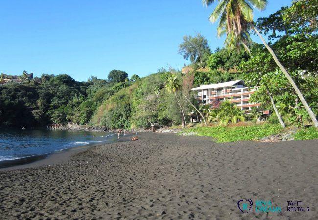 Plage et cocotiers, accès depuis la résidence du Duplex Matavai, location de vacances à Tahiti, Polynésie Française