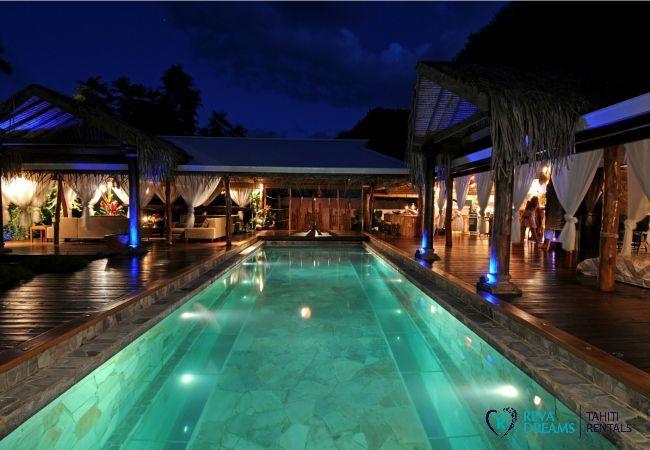 La grande piscine de la Villa Tiahura de nuit, séjours et voyages en bord de mer en Polynésie Française