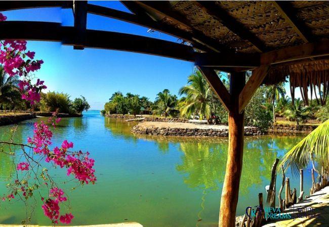 Vue du bungalow sur le lagon de Moorea à la Villa Tiahura, location de vacances en Polynésie Française, près de Tahiti