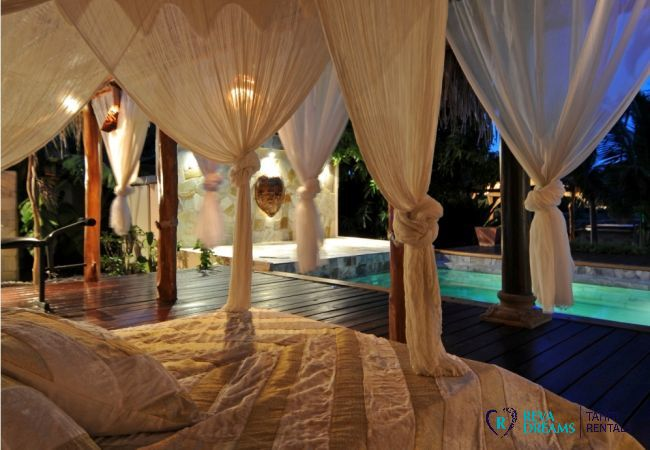 Vue sur la piscine depuis la confortable terrasse de la Villa Tiahura, location de vacances sur l'île de Moorea