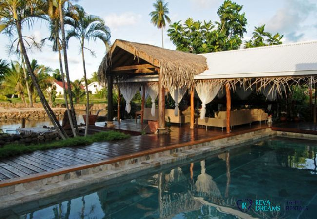 Terrasse de la Villa Tiahura, séjour calme et détente au bord de la piscine et du lagon de Moorea