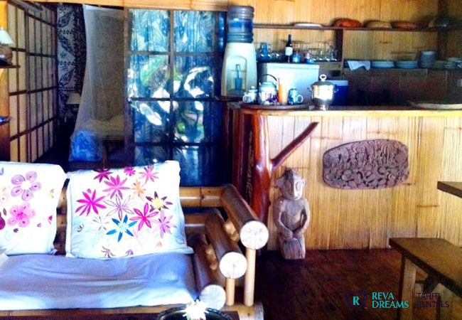 Salon et cuisine du Fare Pacifique, habitation typique de Polynésie Française, location de vacances à Moorea