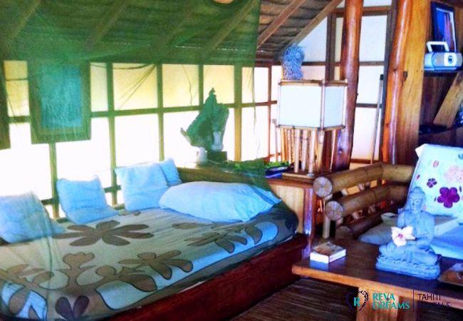 Le salon du Fare Pacifique, maison de style traditionnel face à Moorea, location de vacances en Polynésie Française