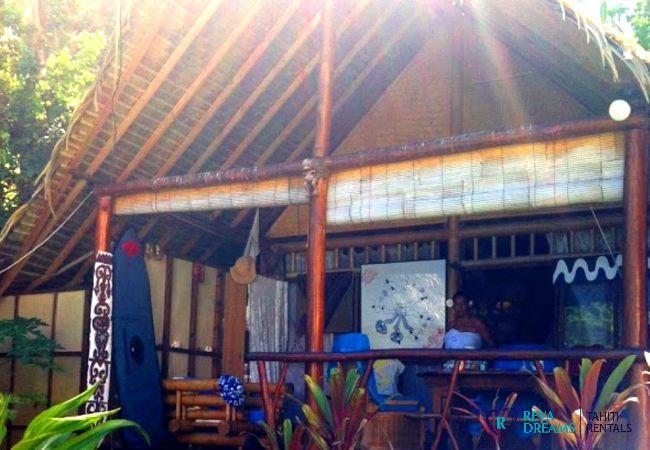 La terrasse du Fare Pacifique, habitation typiquement polynésienne pour séjours à Moorea, Polynésie Française
