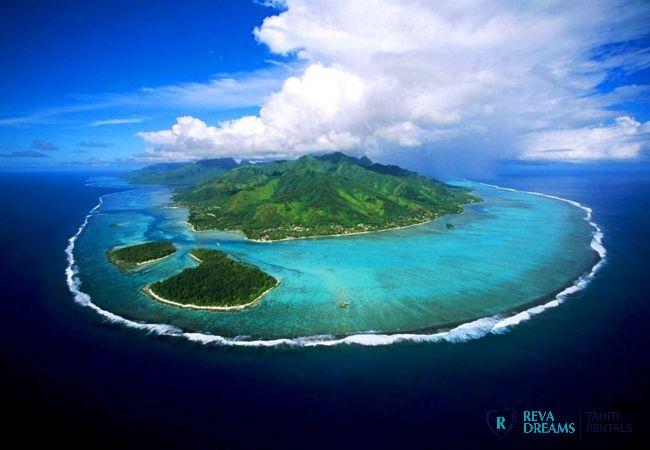 Vue de Moorea et son lagon depuis le ciel, location de vacances de rêve sur îlot en Polynésie Française