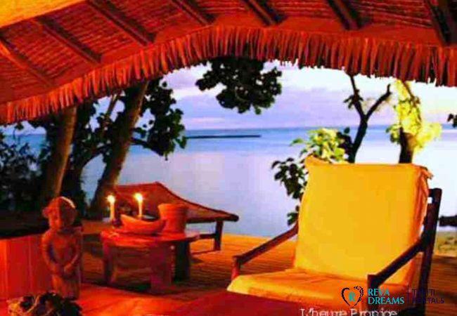 Terrasse du Fare Pacifique, vue sur la mer, séjour de calme et détente sur îlot à Moorea, Polynésie Française