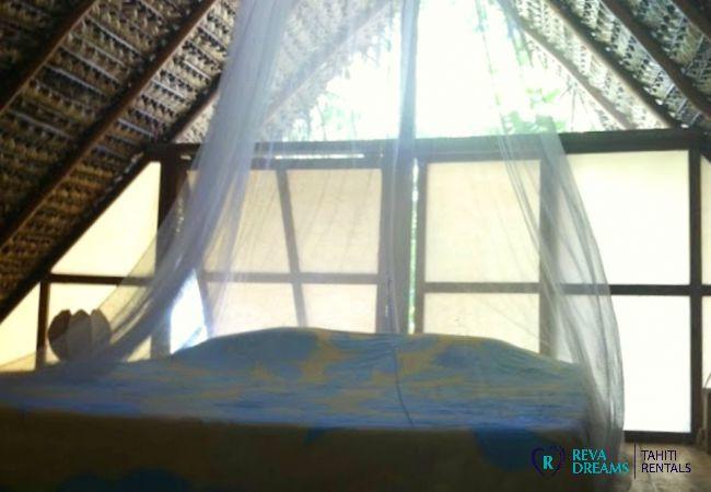 Chambre avec lit double du Fare Pacifique, location de vacances au Motu Fareone, près des îles de Moorea et Tahiti