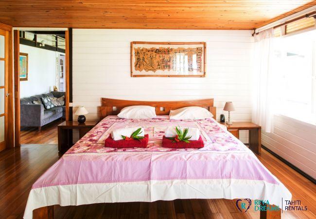 Chambre avec lit double dans la Villa Teareva Dream, séjours de rêve à Moorea, près de Tahiti en Polynésie françaisev
