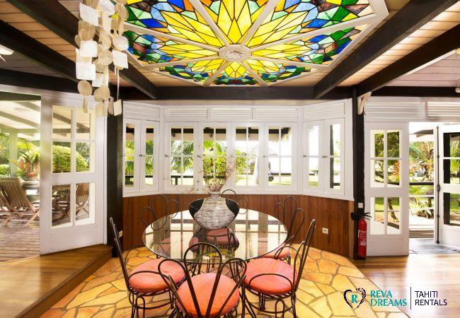 Salle à manger élégante dans la Villa Teareva Dream, location de vacances sur l'île de Moorea, Pacifique Sud