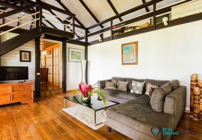 Salon dans la Villa Teareva Dream, profitez d'un séjour inoubliable sur l'île de Moorea, en Polynésie Française