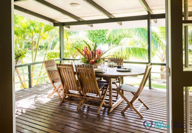 Terrasse à la Villa Teareva Dream, explorez la Polynésie Française pendant votre séjour de rêve