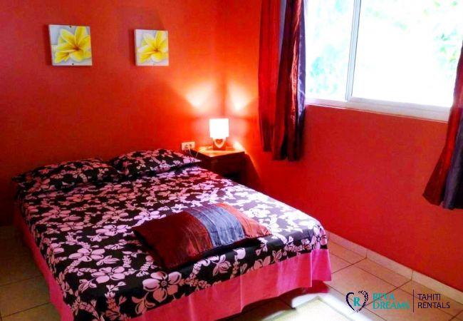 Deuxième chambre double du Fare Taina Nui, maison pour location de vacances en bord de lagon sur l'île de Moorea