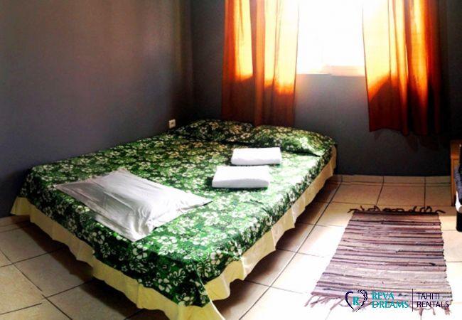 Chambre double du Fare Taina Iti, location de vacances dans maison bord de lagon sur l'île de Moorea, Polynésie Française