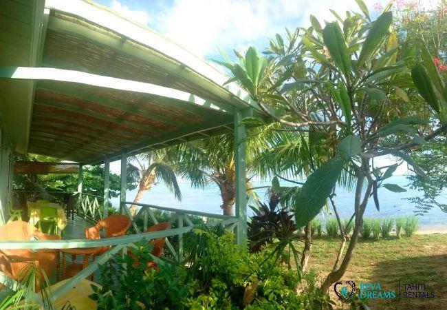 Terrasse et jardin tropical du Fare Taina Nui, accès à la plage de sable blanc et au lagon de Moorea