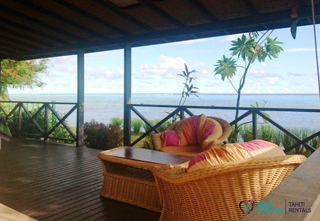 Terrasse du Fare Taina Iti, maison avec accès et vue sur le lagon de Moorea, location de vacances en Polynésie Française