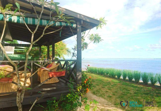 Terrasse, jardin et lagon du Fare Taina Iti, location de vacances dans une maison sur l'île de Moorea, près de Tahiti