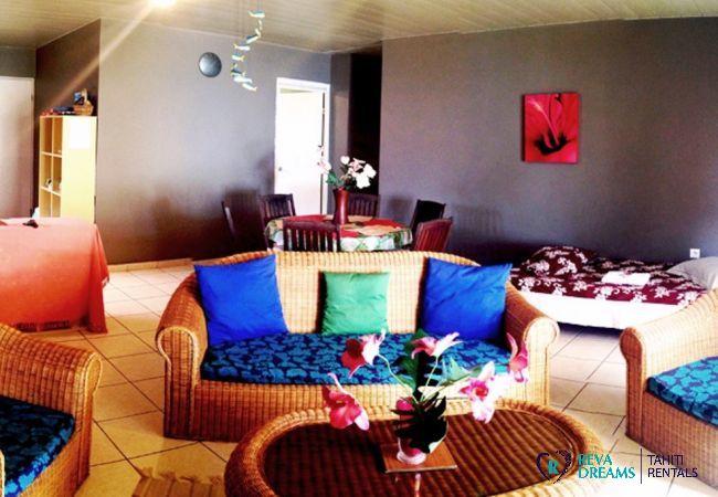 Salon du Fare Taina Nui, location de vacances confort et détente près de Tahiti, sur l'île de Moorea, Polynésie Française