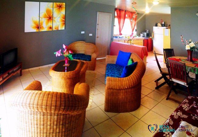 Salon du Fare Taina Nui, ouvert sur la cuisine, maison tout confort pour séjours et vacances au soleil de Polynésie Française