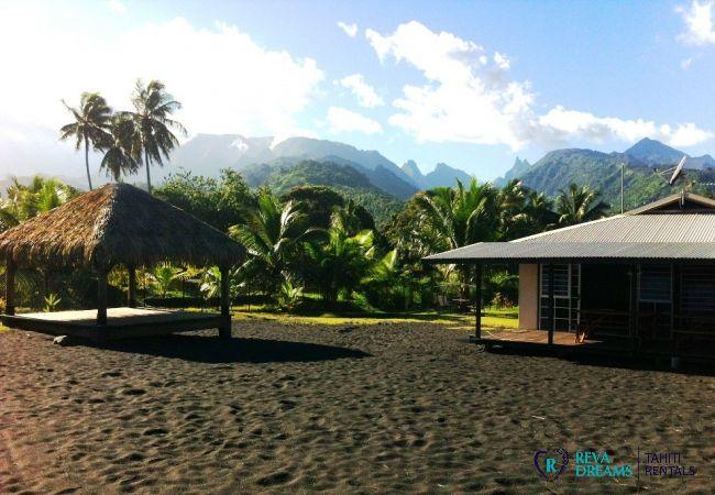 Jardin et plage avec fare pote'e des Fare Taharuu, vacances entre mer et montagne à Tahiti, Polynésie Française