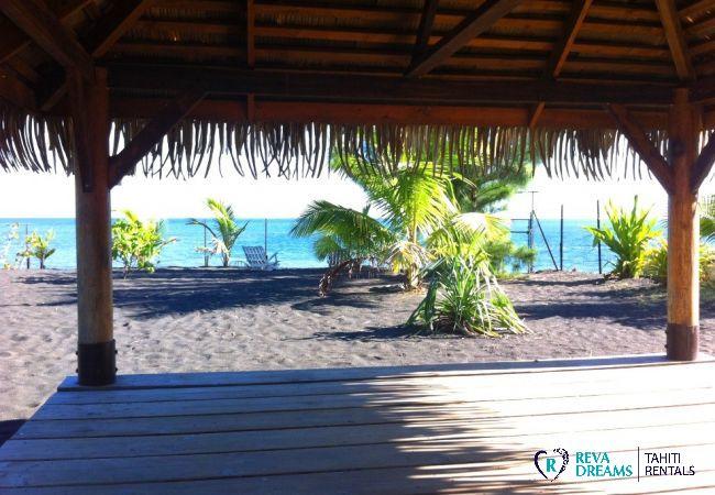 Terrasse du fare pote'e, vue sur le lagon de Tahiti, location de vacances aux Fare Taharuu, Polynésie Française
