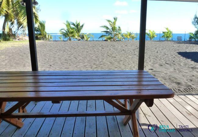 Terrasse et jardin de sable du Fare Teava, vue sur les palmiers et le lagon de Tahiti, séjours en Polynésie Française