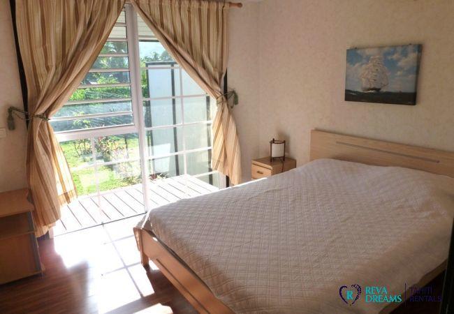 Chambre double au Fare Tearii, profitez d'un séjour dans une maison au bord du lagon de l'île de Tahiti