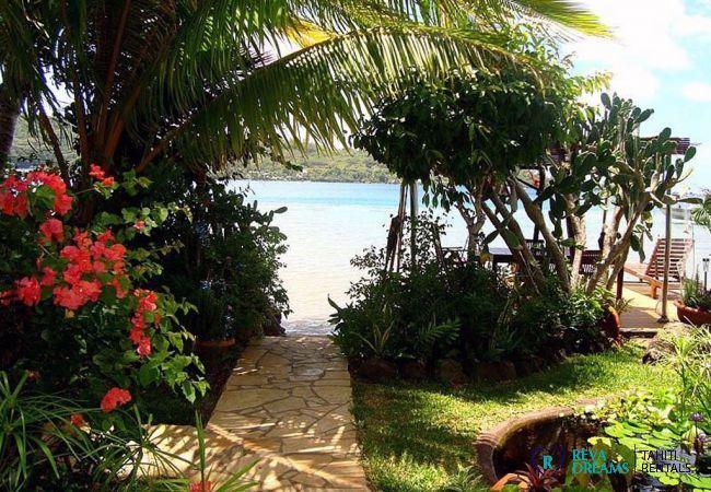 Accès direct au lagon par le jardin tropical et fleuri des Fare Aroha, séjours au soleil de Polynésie Française, à Bora Bora